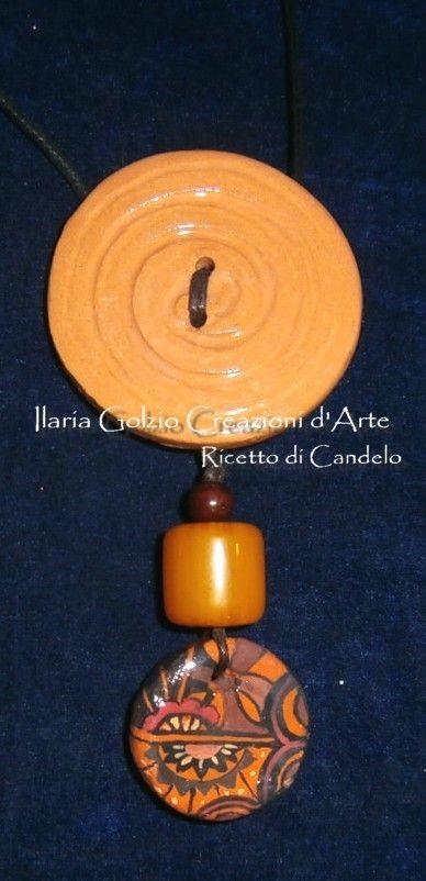 Collana di terracotta dipinta, ambra e legno. Pezzo unico