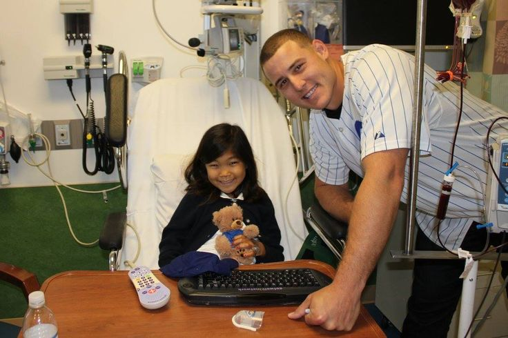 Anthony Rizzo made a beary special visit to a local hospital where he took photos with patients and handed out teddy bears! #LetsGive