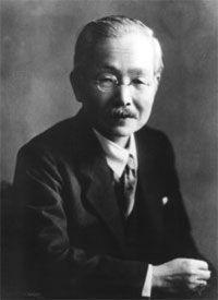 """Umami (jap. 旨味) ist die Bezeichnung für eine der Grundqualitäten des Geschmackssinns.    Als erster beschrieb der japanische Forscher Kikunae Ikeda 1908 die Geschmacksqualität umami (von jap. 旨い umai, dt. """"fleischig und herzhaft, wohlschmeckend""""). Bei seinen Experimenten fand Ikeda heraus, dass es eine Geschmacksqualität abseits der üblichen Einteilung in süß, sauer, salzig und bitter gibt, welche besonders proteinreiche Nahrungsmittel anzeigt.    Der Träger des Umami-Geschmacks ist die…"""