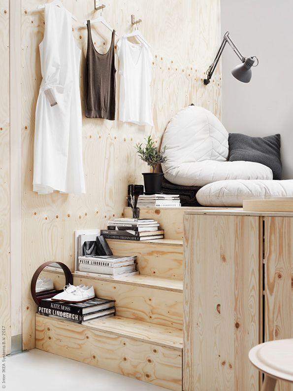 Compact wonen: een brede trap kan heel handig zijn | IKEA IKEAnl IKEAnederland wooninspiratie inspiratie interieur wooninterieur studio trap DIHULT poef zacht IVAR kast wandkast creatief klein