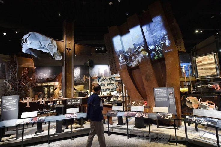米ニューヨーク(New York)の国立9・11記念博物館(National September 11 Memorial Museum)に展示される「グラウンド・ゼロの十字架(cross at Ground Zero)」と呼ばれる世界貿易センタービル(World Trade Center)の柱(左、2014年5月14日撮影)。(c)AFP/Stan HONDA ▼16May2014AFP|9・11記念博物館で落成式、米大統領「癒やしと希望の場所に」 http://www.afpbb.com/articles/-/3015046 #National_September_11_Memorial_and_Museum #911_memorial