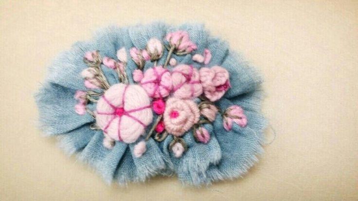 아기자기한 파스텔톤 꽃들이 톤온톤으로 수놓인 꽃자수 브로치입니다 :) 입체자수와 일반 야생화자수 기법...