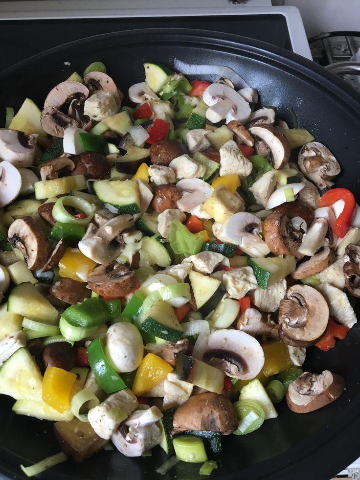 Lekker roerbakken, aubergine, paprika, courgette, champignons, kastanjechampignons. Heerlijk
