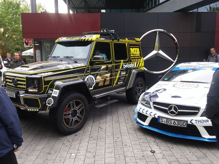 Gumball 3000 steht für Leidenschaft, Abenteuer und rassige Sportwagen! Die verrückteste Supersportwagen-Rallye machte gestern Stopp im Europa-Park, und _wige war für die Bewegtbild-Produktion, TV- sowie Online-Distribution vor Ort. Da hieß es: schnell noch ein paar Schnappschüsse vor dem Edel-Hotel Colosseo machen! Für die Laureus Drive for Good-Stiftung waren David Coulthard und Jean Alesi dabei, die standesgemäß mit einem Mercedes-Benz C63 AMG Black Series, soliden 517 PS, vorfuhren.