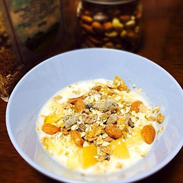 ヨーグルトにナッツとミューズリーと焼きりんごをのせて、シナモンとメープルシロップをかけました、、、♡ - 14件のもぐもぐ - 朝食♡ by ashmrrlove