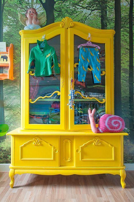 mobilyalarda farkli renkler sari giysi dolabi