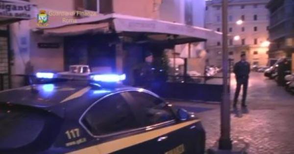 La Guardia di finanza ha ricostruito i rapporti di cooruzione tra due imprenditori con attività commerciali nel centro storico di Roma e alcuni componenti della Polizia locale. Regali e promesse per non avere problemi nei controlli