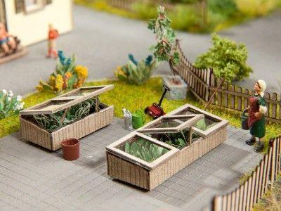 Frühbeete oder Hochbeete gehören in jeden ordentlichen Garten. Diese hier sind nicht mal 1 cm hoch und daher ideal geeignet für kleine Miniatur-Gärten, die Du als kreatives DIY in einem Blumentopf basteln und gestalten kannst. Zubehör für das Mini-Gardening Hobby kannst Du im Shop auf www.noch-kreativ.de kaufen.