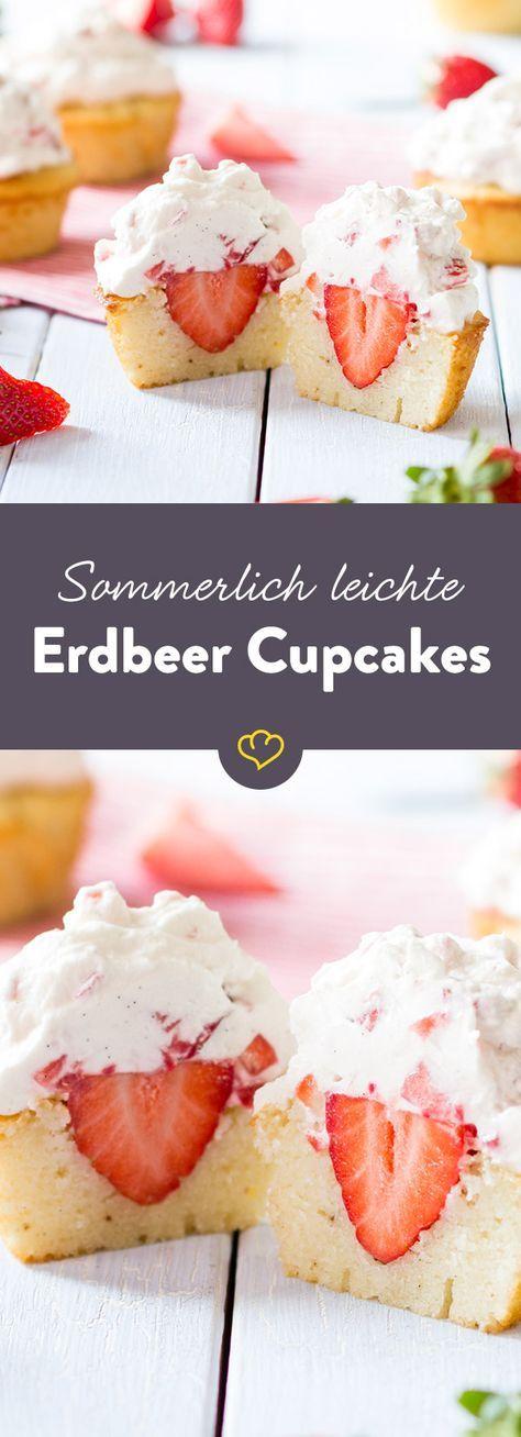 Hier kommen Erdbeeren nicht nur im Frosting groß raus - eingebettet im Cupcake-Teig, hat sich außerdem noch eine fruchtige Erdbeer-Überraschung versteckt.