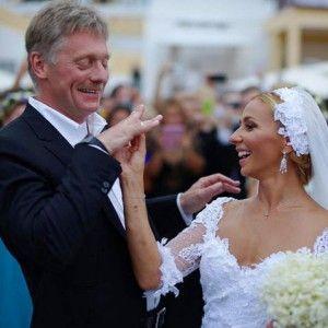 Свадебные серьги как у Татьяны Навки http://www.busiki-kolechki.ru/blog/zvjozdnyjj-stil/svadebnye-sergi-kak-u-tatyany-navki  Событие, которое так активно обсуждалось в прессе последние несколько месяцев, наконец состоялось: пресс-секретарь президента Дмитрий Песков и звезда фигурного катания Татьяна Навка поженились! Мы от души поздравляем молодожёнов, желаем им долгой и счастливой совместной жизни, здоровья, успехов, а также романтики, которая так необходима для того, чтобы сохранить любовь…
