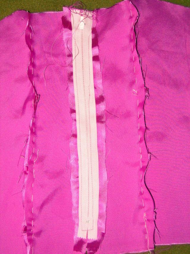 Certaines se rappellent peut-être mon projet de faire une robe de princesse à la nounette avec une ancienne chemise (à moi cette fois, ahem). ( Ici on voit la nounette faire l'indien autour de feu ma chemise - qui pourra témoigner que la réincarnation...