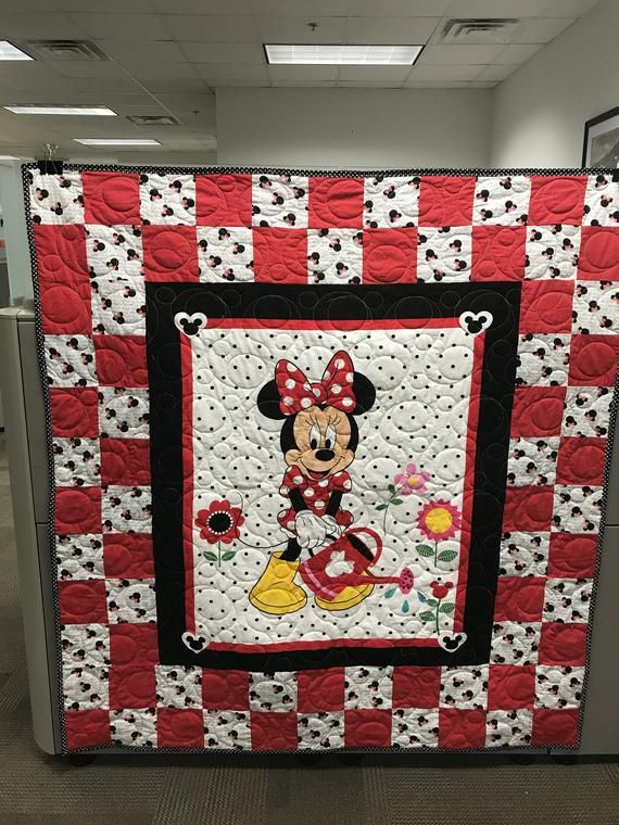 Minnie Mouse Red Black White Polka Dot Quilt With Center Minnie Mouse Panel Blocks Are Made With Red White Polka Mickey Mouse Quilt Minnie Mouse Fabric Quilts