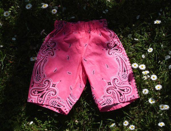 Un pantalon pour bébé réalisé à partir de deux bandanas fluo.
