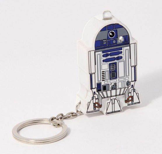 Linterna llavero droide R2D2 con sonido Star Wars Estupendo y útil linterna llavero con sonido del simpático R2D2, el droide astromecánico aparecido junto a C3PO en la popular saga de Star Wars 100% oficial y licenciado.
