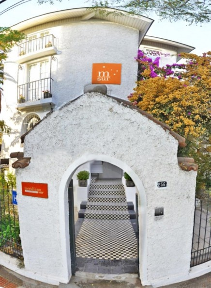 Siéntase cómodo, seguro e inserto en el corazón de Santiago, la puerta principal de Chile. Nuestro hotel es pequeño e independiente, administrado por una empresa familiar que asume un rol en construir una experiencia de viaje para cada uno de sus huéspedes.
