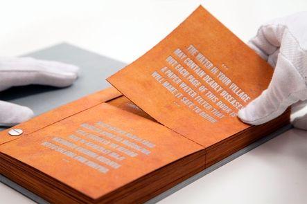 """La Universidad de Virginia inventa el 'Libro Potable"""": el filtro de sus páginas elimina el 99% de las bacterias del agua. Las nanopartículas de plata o cobre filtran el líquido convirtiéndole en potable. Una página limpia 100 litros de agua."""