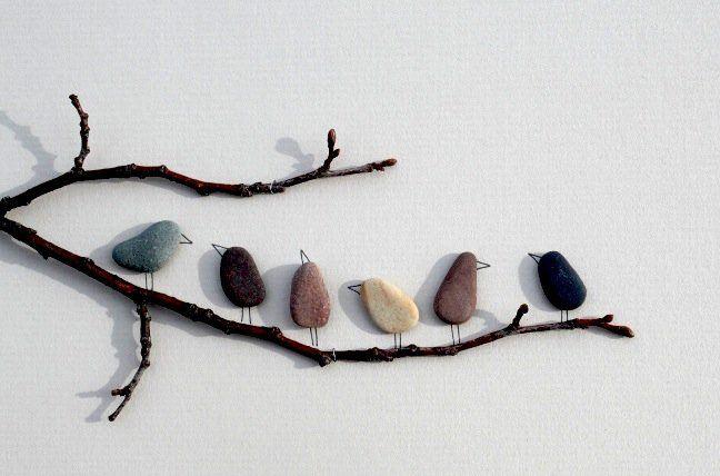 una piccola idea utilizzando oggetti molto comuni ma molto versatili, che non si comprano ma si trovano in natura e sono quindi economico ed ecologico: i sassi.