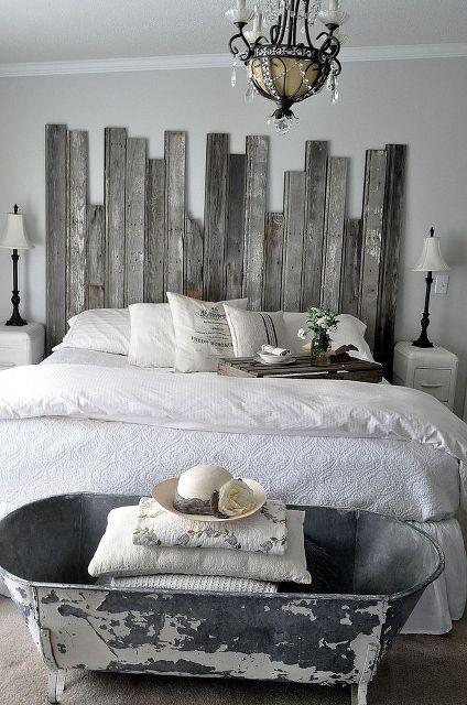 Une tête de lit en bois recyclé