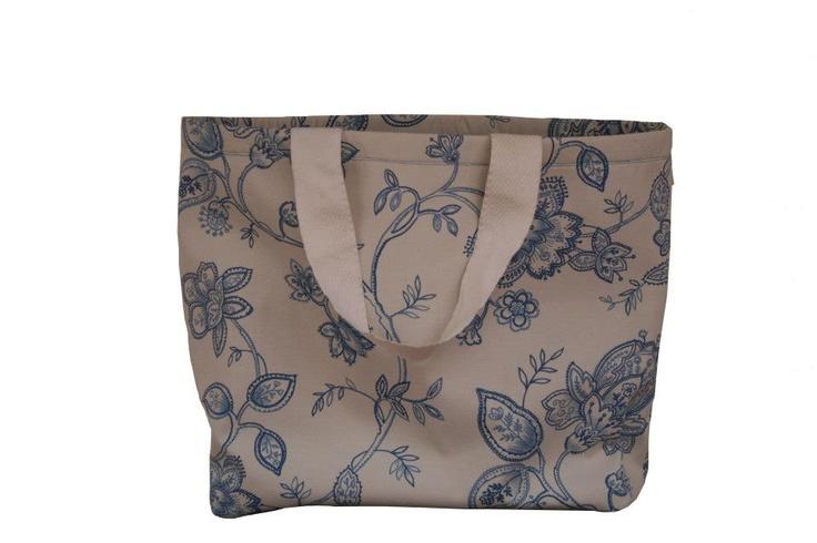 Saco de Praia Blue  Dimensões: Largura 60 cm x Altura 45 cm  As alças do saco são personalizáveis em dois tamanhos...Alça de mão e ombro.    PVP - 30€ + Portes