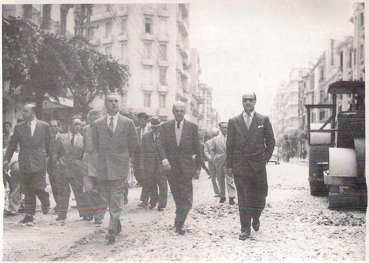 Ο Κωνσταντίνος Καραμανλής επιβλέπει τη διάνοιξη της οδού Τσιμισκή, στο ύψος της Εθν. Αμύνης.(1958)