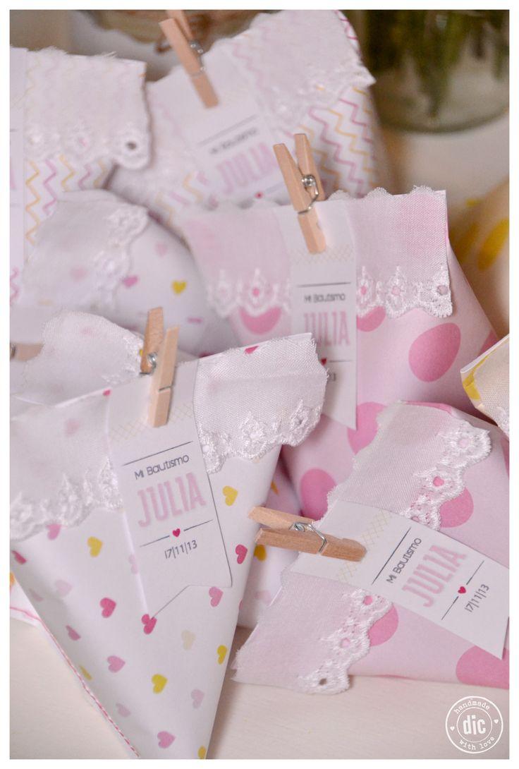 Souvenirs para adultos & niños. Pack de papel personalizado cosido con mini broches de madera.