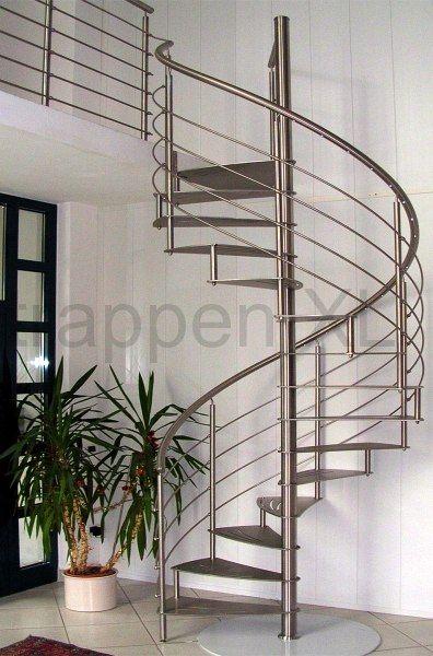 Roestvrijstalen spiltrap uitgevoerd met een RVS balustrade. De balustrade is ook langs de open vide aangebracht.