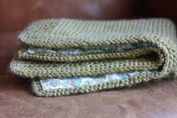 Tricotée avec des aiguilles 9 en laine Phildar Illico coloris bronze, 5 pelotes. Du jersey avec une bordure au point mousse : 70 mailles, le...