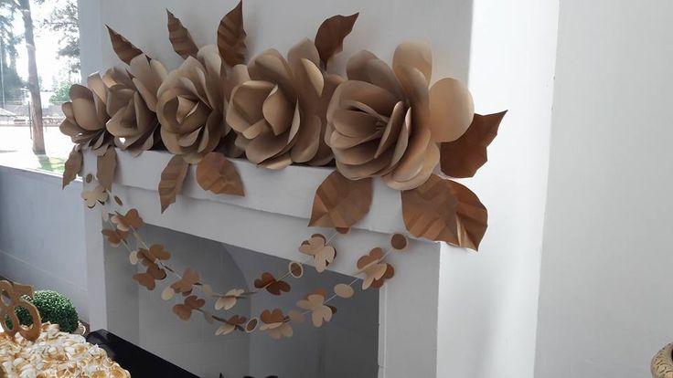 Arreglo para el 85 Aniversario de la Asociación de Productores de Seguros. Rosas de cartulina craft con reflejos dorados, guirnaldas con mariposas y lunares.