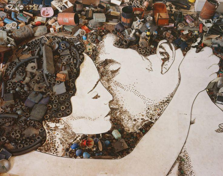 O Beijo feito para a abertura da novela Passione. Material: lixão. Vik Muniz.