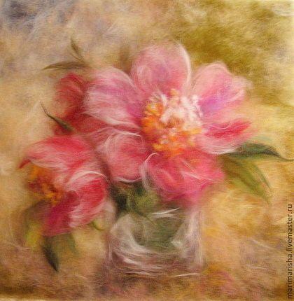 Картина выложена сухой цветной овечьей шерстью под стекло. Солнечное утро, небольшой букетик розовых пионов на вашем столе...