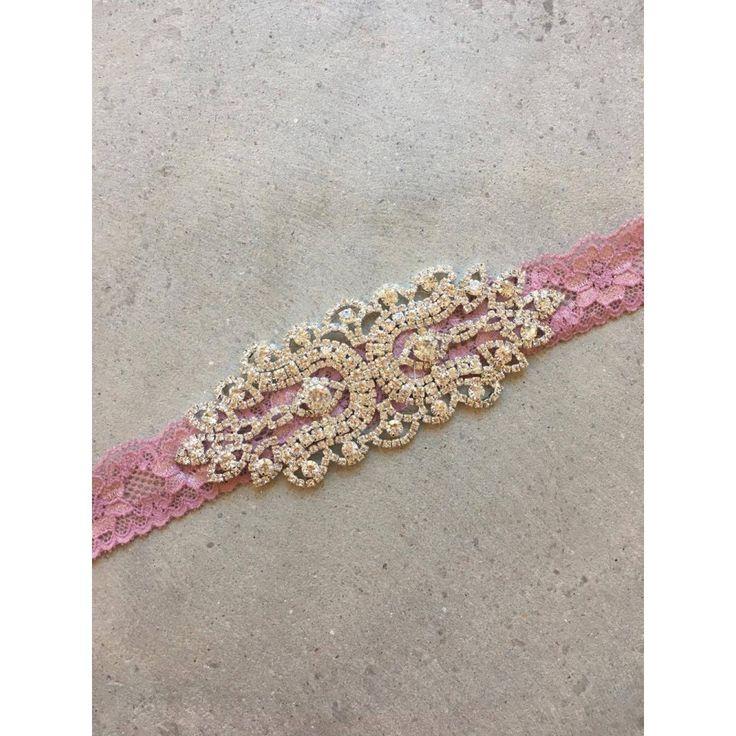 Blonde sash med rhinesten i farverne; gammelrosa, lyserød og hvid made by MargretheDesigns. Perfekt til dåbsbånd eller som tilbehør til en brudepige.