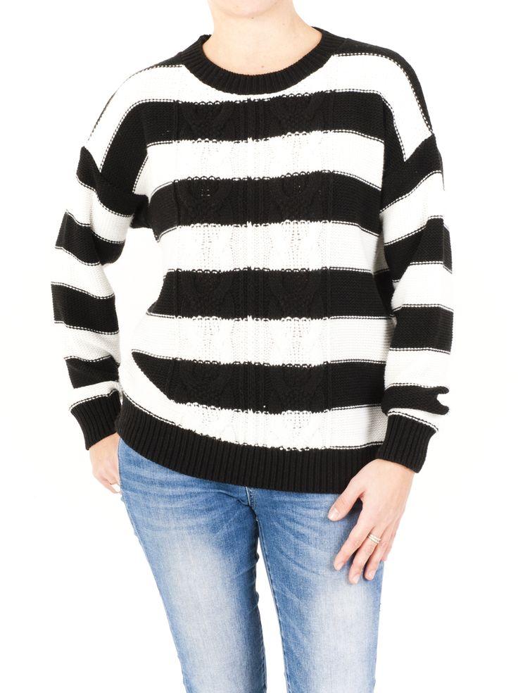 Jersey de punto para mujer con cuello barca, rayado y tricotado con unas bonitas trenzas. Práctico e informal jersey ideal para el día a día en invierno.