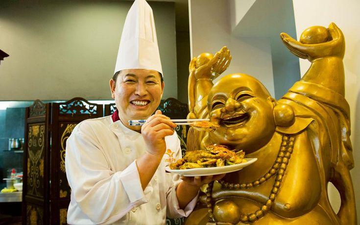 Ο μάγειρας του East Perl προσφέρει τη σπεσιαλιτέ του... θυσία στον Βούδα.