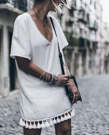 Robe de plage ample et blanche avec col V et pompons au niveau des cuisses #inspiration #bonjourbibiche #pompongirl