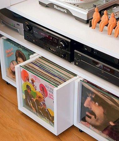 O vidro na frente dos gavetões ajuda na busca dos discos de vinil no móvel laqueado, criado pela arquiteta Lica Cukier (Foto: Edu Castello)