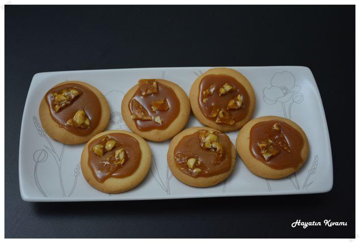 Blgda yayınlandıktan hemen sonra, dakikaalar içinde burada. Bu nefis ağızda dağılıveren kurabiye hamuru, karamel ve kroran birlikteliği ile beraber müthiş bir tarife dönüşüyor: http://hayatinkivami.blogspot.com.tr/2017/11/krokanli-karamelli-kurabiye.html