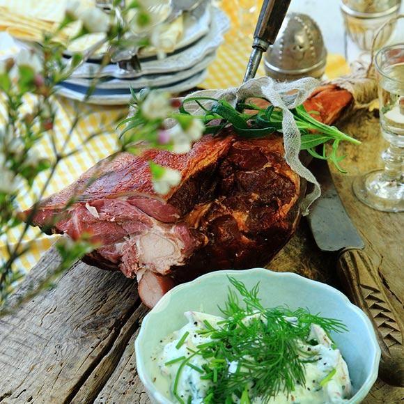 Tack och lov för kallskuret kött om man blir några stycken. Lammkött hör påsken till och visst är det pampigt att kunna servera en hel rökt fårfiol. En fräsch tzatziki med äpple, pepparrot och örter passar bra till.