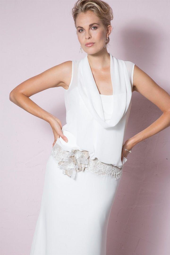be the light, 1245, collectie 2016 nb Een elegant trouwkleed van soepel vallende materialen. Het bloezende lijfje met de cascade hals is mooi in combinatie met de verlaagde taillelijn bezet met kant. #kant #cascade #hals #soepelvallend #koonings
