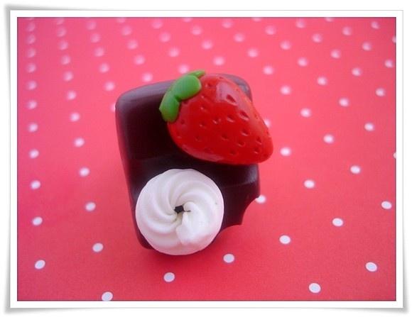 Anel Chocolate Morango e Chantilly  http://www.criamia.com.br/pd-220fd-anel-chocolate-morango-e-chantilly.html?locale=pt-br