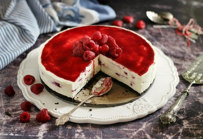 Malinová torta s mascarpone a bielou čokoládou: Dostala som ju k narodeninám od kamošky. Najlepšia ovocná svieža torta, akú som kedy ochutnala! Hneď som si vypýtala recept!