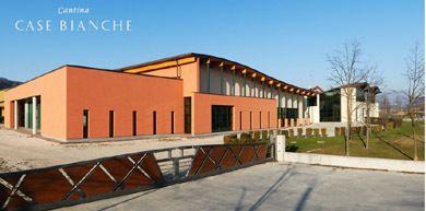 È nel Comune di Susegana che nasce la nuova cantina dell'azienda vinicola Case Bianche, una struttura d'avanguardia per raggiungere standard qualitativi della produzione ancora più elevati. http://www.gotoprosecco.it/html5/202-Case-Bianche