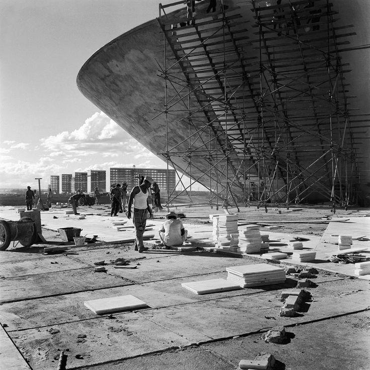 Cúpula da Câmara dos Deputados, em fase de concretagem, com os ministérios ao fundo. Brasília, 1959. Foto: Marcel Gautherot/IMS