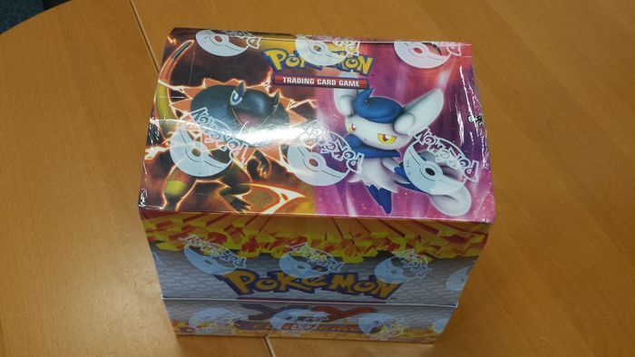 Pokémon - XY Flashfire thema dek kist verzegeld - Engels (2014)  Dit is een verzegelde flashfire thema dek doos. Het vak bevat mystic tyfoon en briljante thunder dekken. Deze dekken worden niet meer geproduceerd zodat u niet ze in de winkel krijgen. Het is een zeer zeldzame collecters item het merendeel van de vakken zijn geopend in de winkel. Deze is nog steeds verzegeld en gloednieuwe. Een andere mogelijkheid is de verkoop van de dekken afzonderlijk. De zegel en vak zijn in nieuwstaat…