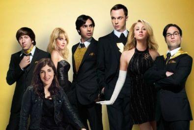 """Nerdig? Definitv! Witzig? Aber sicher! Die hier gezeigte Szene zeigt die Jungs (und Mädels) von """"The Big Bang Theory"""" in einer serien-untypischen Konstellation - sie machen eine gute Figur. ©Warner Bros. Home Video"""