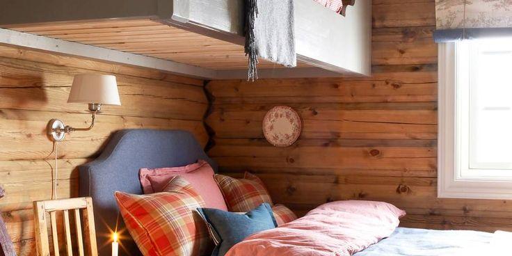 KØYESENG: På dette soverommet har den klassiske køysengen fått en ny vri. Overkøyen er satt på tvers slik at det blir bedre plass i underkøyen. Interiørdesigner: Siv Brenne