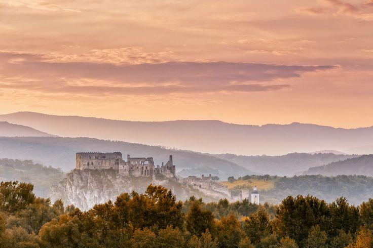 Sunrise at the Beckov castle - null