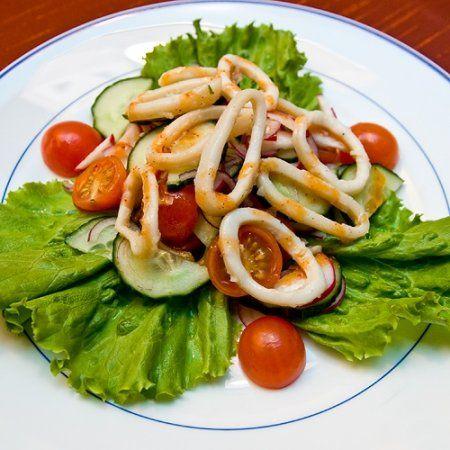 Салат из консервированных кальмаров рецепт