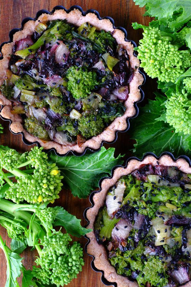 Tortine salate con cime di rapa e radicchio - Pasta all'olio d'oliva e vino rosso, 100% veg - GranoSalis - Blog di cucina naturale e consapevole