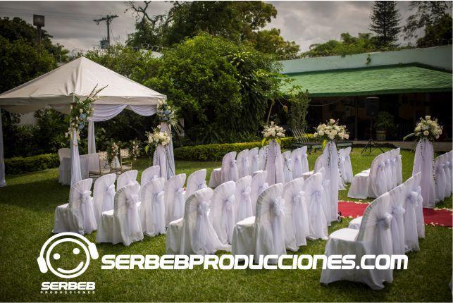 Ceremonia al aire libre boda dorada con sillas tiffany for Casa de eventos en ciudad jardin cali