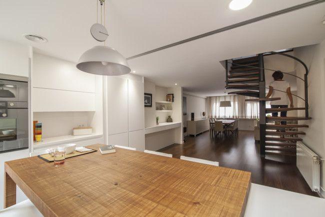 Una cocina que se conecta y se desconecta del resto de la vivienda con una gran puerta corredera
